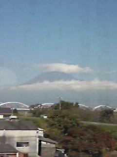 久々に見えた富士山は笠を被ってます