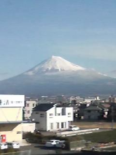ところどころ黒い肌の見える富士山