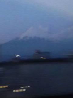 夕闇に溶けかけの富士山