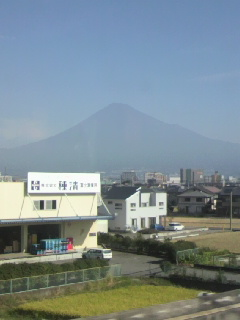 うっすらと黒い富士山